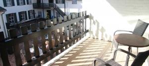 hotel-terras-binnenhof-kamer